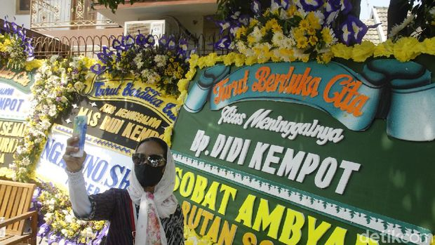 Warga yang bersimpati mendatangi rumah duka mendiang penyanyi Campur Sari Didi Kempot di Banyuanyar, Sumber, Surakarta, Jawa Tengah, Selasa (5/5).