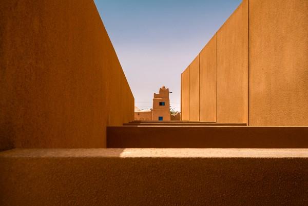 Proses pembangunan masjid ini diketahui mengandalkan batu bata merah sebagai bahan utama pembangunannya. Istimewa/Dok. James Wang via Archdaily.