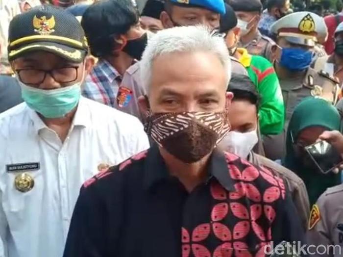Gubernur Jateng Ganjar Pranowo memberikan penghormatan terakhir pada Didi Kempot. Ia ikut menghantarkan sang maestro campursari hingga ke peristirahatan terakhir.
