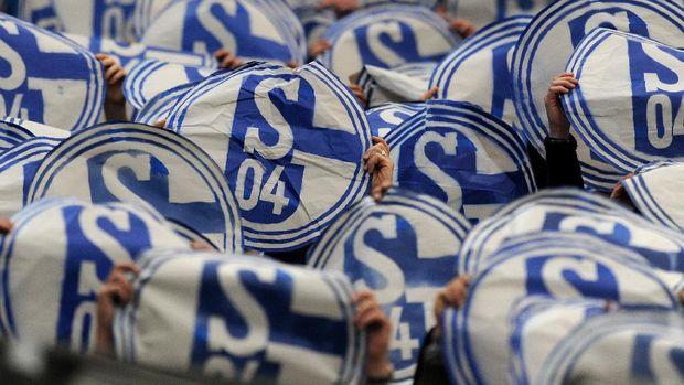 Para pendukung klub Liga Jerman Schalke beraksi sebelum wabah covid-19.