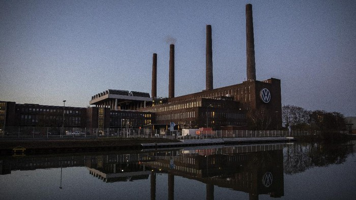 WOLFSBURG, GERMANY - MARCH 31: The Volkswagen factory during twilight following a halt to car production on March 31, 2020 in Wolfsburg, Germany. Volkswagen extended the shutdown of factories in Germany until April 19 amid COVID-19 coronavirus outbreak. (Photo by Maja Hitij/Getty Images)