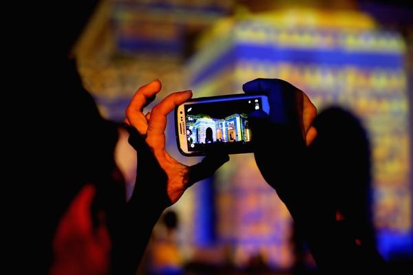 Para pengunjung mengabadikan momen tersebut dengan gadget mereka.