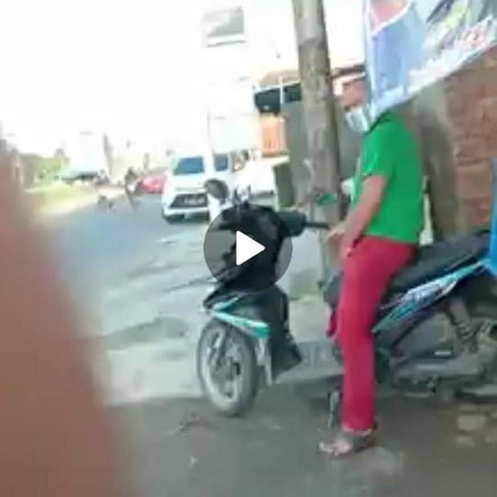 Video pria diduga onani di Sidoarjo beredar di media sosial. Tampak pria mengeluarkan serta memainkan alat kelaminnya di atas sepeda motor.