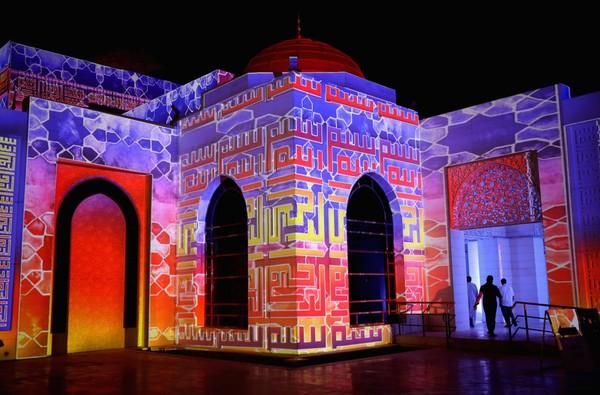 Sementara untuk bangunan utama memaksimalkan pencahayaan alami melalui penggunaan partisi yang kaya akan kaligrafi Islam.