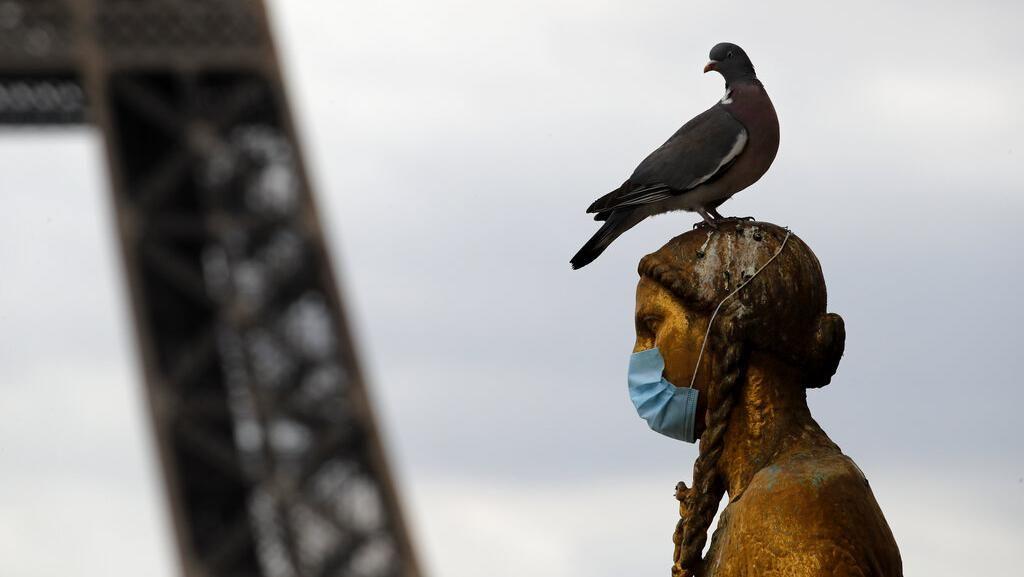 Ketika Patung-patung di Dunia Ikutan Pakai Masker