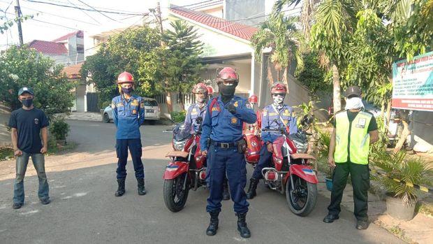 Petugas Dinas Penanggualangan Kebakaran dan Penyelamatan DKI Jakarta bertugas untuk patroli.