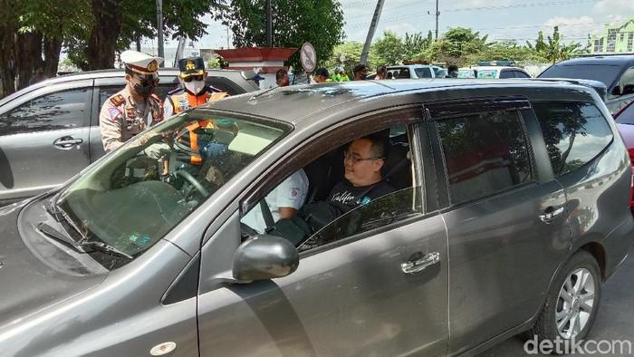 Polisi dan Dishub Kabupaten Kudus saat melakukan pemeriksaan pemudik yang melintas di Kudus