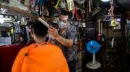 Berkah Tukang Cukur di Sejumlah Negara Usai Lockdown Dibuka