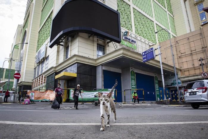 Warga beraktivitas di kawasan Pasar Tanah Abang, Jakarta, Selasa (5/5/2020). Pemerintah Provinsi DKI Jakarta kembali memperpanjang penutupan sementara Pasar Tanah Abang hingga 22 Mei 2020 untuk mengurangi kerumunan orang di ruang publik guna mencegah penyebaran COVID-19. ANTARA FOTO/Dhemas Reviyanto/hp.