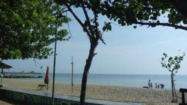 Air laut dan pasir putih Pantai Dalegan jadi daya tarik wisatawan. Kamu bisa berenang hingga bermain banana boat (Lena Ellitan/dTraveler)