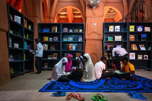 Keberadaan perpustakaan di area Masjid Dandaji pun diharapkan dapat menjadi sarana bagi warga sekitar masjid untuk terus menggali ilmu. Istimewa/Dok. James Wang via Archdaily.