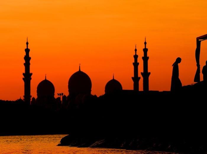Masjid Agung Shiekh Zayed yang berada di Abu Dhabi, UEA tampak indah saat senja. Masjid ini merupakan masjid terbesar ketiga yang memilimi 88 kubah.
