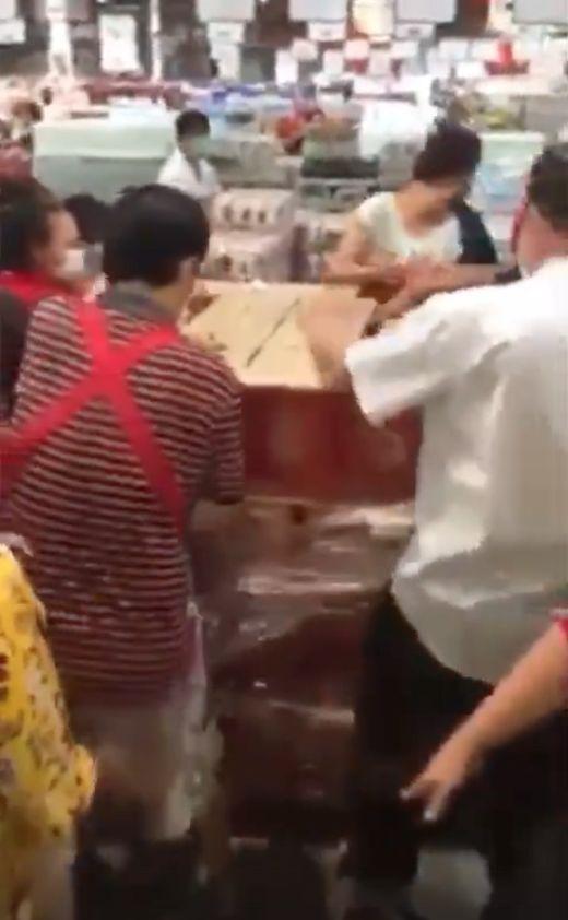 Warga Thailand serbu stok bir