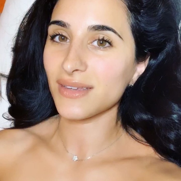 Danna Omari ungkap cara menebalkan bibir alami dengan pijatan.