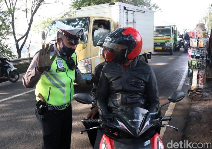 Penerapan PSBB di Kota Bandung telah diterapkan sejak beberapa waktu lalu. Meski begitu, petugas masih temukan sejumlah warga yang langgar aturan penerapan PSBB