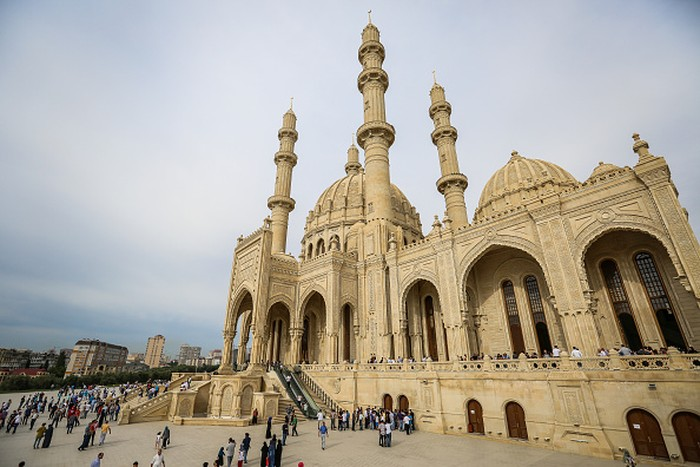 Azerbaijan menjadi saksi keharmonisan dua aliran agama Islam Sunni dan Syiah. Di negara itu, penganut kedua aliran Islam tersebut hidup saling berdampingan.