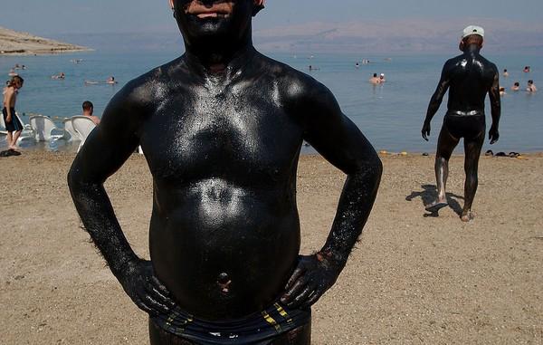 Kondisi iklim yang kering ditambah evaporasi yang tinggi menyebabkan mineral yang terdapat di dalam air tersebut berubah, ditambah kandungan garam, gipsum dan kapur yang terdapat di sekitar retakan membentuk danau dengan konsentrasi garam yang sangat tinggi. Chris Hondros/Getty Images