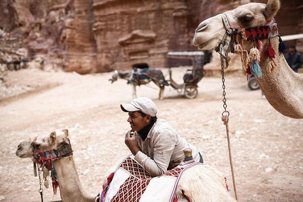 Sebenarnya Petra sudah diakui sebagai warisan dunia sejak 1985. Namun UNESCO baru meresmikan sebagai salah satu dari 7 keajaiban dunia pada 2007 setelah situs ini melalui banyak proses. Sejarah bangunan ini pun dapat disandingkan dengan sejarah Taj Mahal di India dan sejarah Piramida Mesir. Bulent Doruk/Anadolu Agency/Getty Images