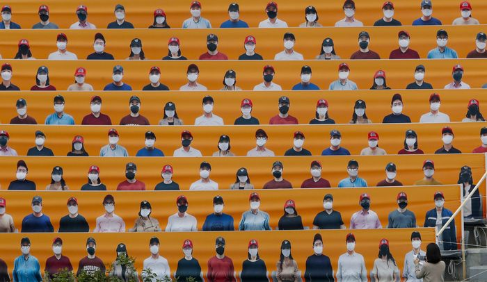 Korea Selatan kembali menggelar kompetisi baseball KBO League 2020, laga yang digelar ditengah pandemi ini disaksikan penonton bohongan.