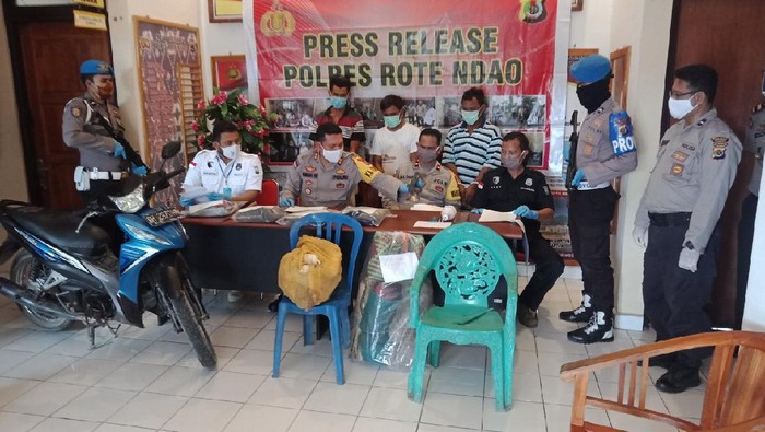 Kapolres Rote Ndao AKBP Bambang Hari Wibowo memimpin rilis kasus pembunuhan.