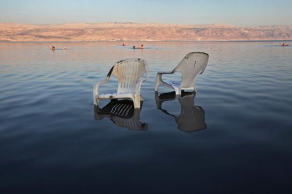 Tak ada kehidupan baik di dalam maupun di pinggir Laut Mati karena tingginya kandungan kadar garam. Ikan dan tanaman air sulit hidup berkembang biak di Laut Mati. Hanya ada bakteri dan jamur mikroba yang bisa tumbuh dan berkembang di sana. (Getty Images)