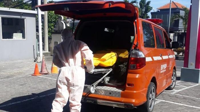 Petugas mengevakuasi WN Australi yang tewas di Bali