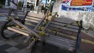 Bangku Trotoar di Rawamangun Disegel Pakai Bambu
