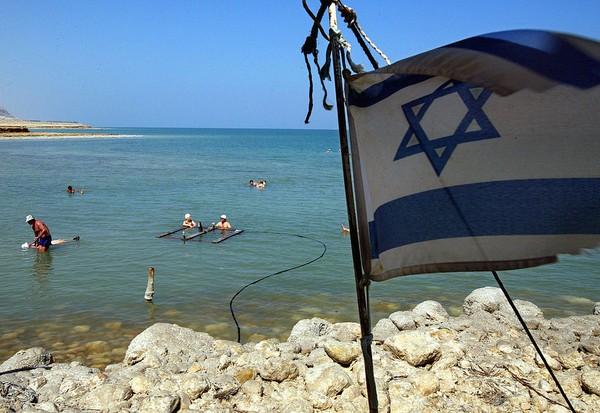Menurut penelitian, secara geologi Laut Mati terbentuk sejak 3 juta tahun lalu saat terjadi retak kecil yang terdapat pada lembah sungai Yordan atau juga dikenal dengan nama Jordan Riff Valley. Di saat bersamaan, air yang berasal dari laut masuk melalui celah tersebut hingga akhir berkumpul membentuk sebuah danau. David Silverman/Getty Images