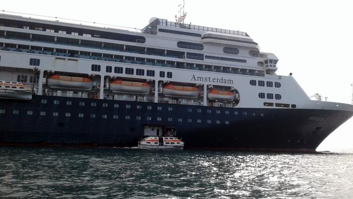 KKP (Kantor Kesehatan Pelabuhan kelas II Tanjung Priok) mengevakuasi ABK Kapal MS. Amsterdam sebanyak 172 orang. Setibanya di darat, Para ABK ini kemudian langsung dites Swab.