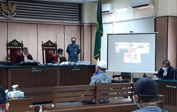 Sidang kasus penyiraman air keras terhadap Novel Baswedan untuk terdakwa Rahmat Kadir Mahulette dan Ronny Bugis kembali digelar. Diluar sidang pun tetap ada aksi.
