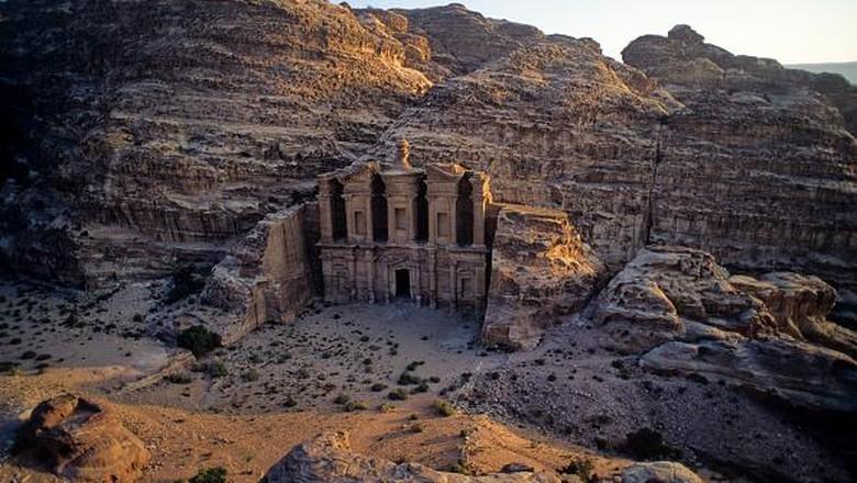 Petra merupakan kota kuno yang menjadi salah satu keajaiban dunia. Kota yang dipahat dari batu ini jadi destinasi wisata yang populer lho di Yordania.On Thursday, February 8, 2019, in Petra, Maan Governorate, Jordan. (Photo by Artur Widak/NurPhoto via Getty Images)