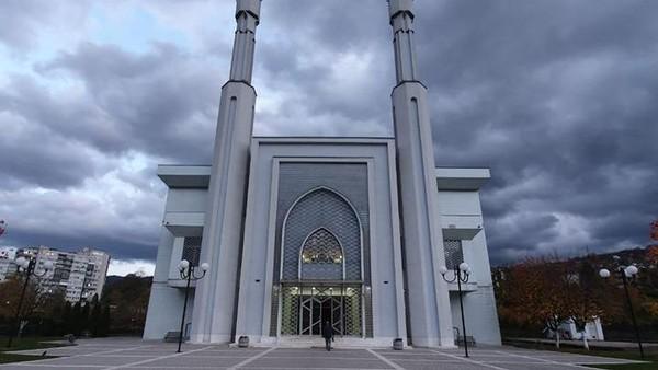 Masjid di kota Sarajevo ini dihadiahkan Presiden Soeharto untuk Bosnia-Heregovina yang saat itu dilanda perang berkepanjangan. Pembangunan Istiklal Dzamija yang digalan dari uang rakyat Indonesia itu sempat terhenti seiring lengsernya Soeharto dari jabatan presiden. Adapun masjid itu baru diresmikan oleh Presiden Megawati pada tahun 2001 silam.