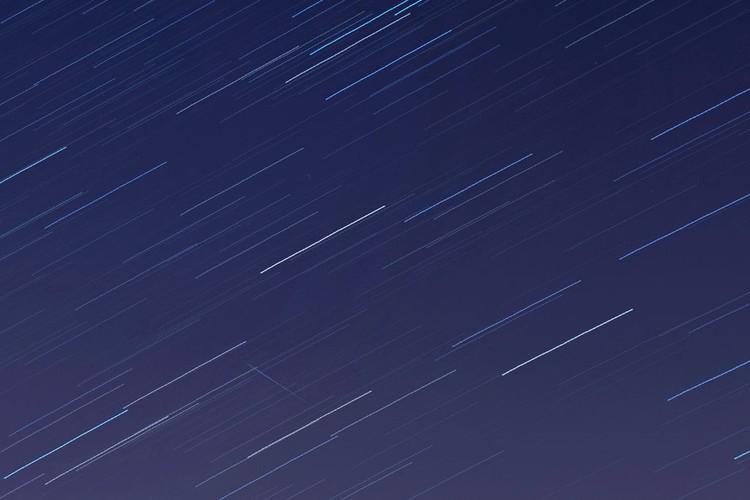 Beberapa bulan terakhir ini bumi terus dihujani oleh partikel asteroid dari luar angkasa. Setidaknya ada fenomena alam yang indah untuk dinikmati seperti hujan meteor Lyrids dan Eta Aquarids.   Lembaga Penerbangan dan Antariksa Nasional (LAPAN) membagikan kalender astronomi yang akan terjadi pada bulan Mei ini. Salah satunya adalah fenomena alam hujan meteor Eta Aquarids yang terjadi tadi malam dan beberapa hari kedepan.