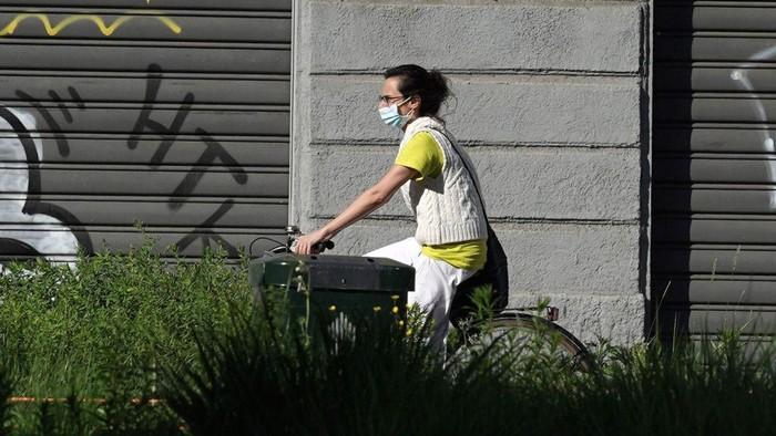 Setelah hampir dua bulan terkurung di rumah, warga Italia kini mulai menikmati udara segar dengan bersepeda usai pemerintah melonggarkan lockdown. Ini potretnya.