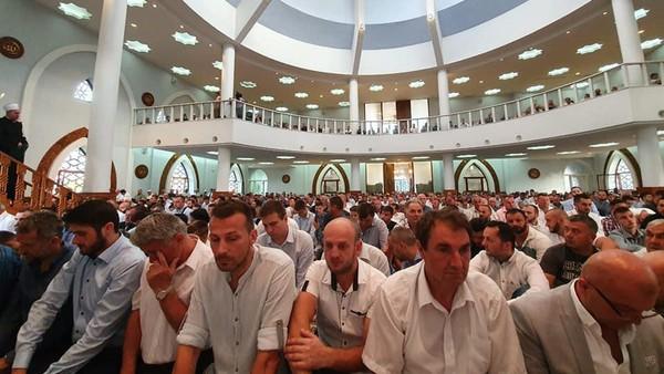 Jamaah di masjid Istiklal Dzamija.