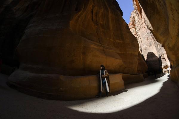 Menurut sejarahwan, Petra memiliki hubungan baik dengan sejarah agama Islam. Walaupun tidak terkait dengan sejarah Kakbah di Mekkah, namun Petra juga kerap dikunjungi orang-orang Muslim dari seluruh bumi. Gunung Harun bernama lain Gunung Hor atau El-Barra ini konon adalah tempat pemakaman Nabi Harun as. Beliau merupakan salah satu dari 25 Nabi yang wajib diimani oleh para muslim. Artur Widak/NurPhoto via Getty Images