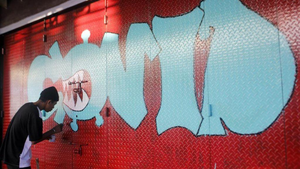 Pintu Pertokoan yang Tutup Ini jadi Media Seni Mural