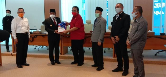 Gubsu Edy Rahmayadi serahkan LKPJ 2019 ke DPRD Sumut (Foto: Ahmad Arfah-detikcom)