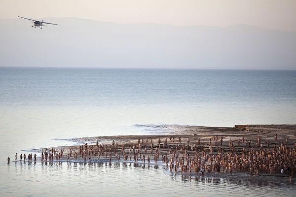Namanya Laut Mati. Tapi, Laut Mati sebenarnya adalah sebuah danau yang membujur di sepanjang perbatasan Israel, Palestina, dan Yordania. Tepatnya berada di wilayah barat Palestina, serta timur Yordania. (Getty Images)