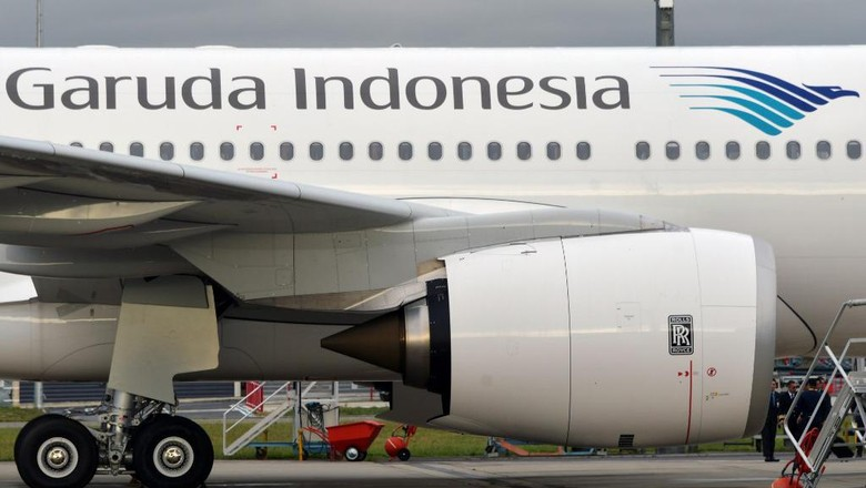 This illustration picture taken on November 15, 2019 shows the logo of a Garuda Indonesia Airbus A330 aircraft parked on the tarmac at the Airbus delivery center in Colomiers, southwestern France. (Photo by PASCAL PAVANI / AFP)