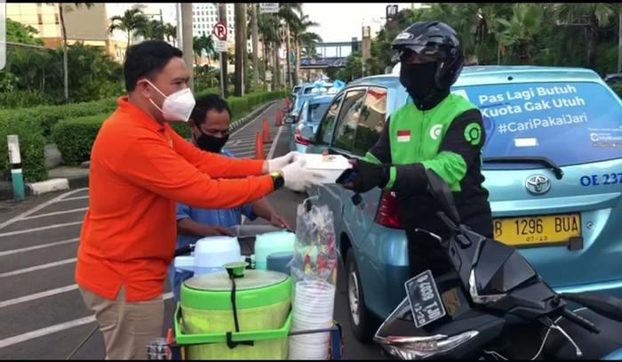 Ormas Kosgoro 1957 turut berbagi di hulan Ramadhan dan pandemi Corona ini. Mereka memberikan makanan berbuka puasa kepada pengemudi taksi dan ojek online.
