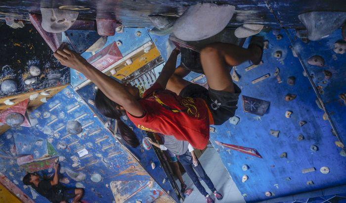 Sejumlah atlet berlatih memanjat tebing di Mess Atlet Panjat Tebing, Kabupaten Batang, Jawa Tengah, Rabu (6/5/2020). Latihan panjat tebing setiap sore saat bulan Ramadhan itu untuk menjaga stamina, kekuatan dan kecepatan memanjat tebing serta sekaligus untuk mencari bibit atlet baru. ANTARA FOTO/Harviyan Perdana Putra/foc.