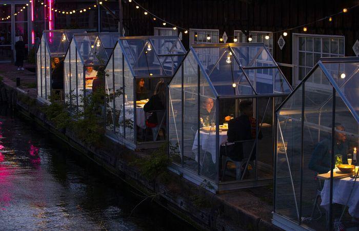 Penularan COVID-19 bisa dihentikan dengan menjaga jarak, hal itu yang membuat restoran di Amsterdam, Belanda ini menerapkan physical distancing dalam konsepnya.