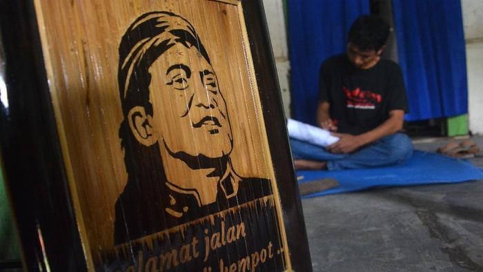 Anang Setyo Pambudi menyelesaikan ukiran pada bambu bergambar wajah almarhum Didi Kempot di Desa Sumberjo, Kabupaten Jombang, Jawa Timur, Rabu (6/5/2020). Ukiran bambu sketsa wajah Didi Kempot yang dibuat seniman tersebut rencananya akan dikirimkan ke pihak keluarga di Ngawi untuk mengenang maestro campursari itu. ANTARA FOTO/Syaiful Arif/aww.