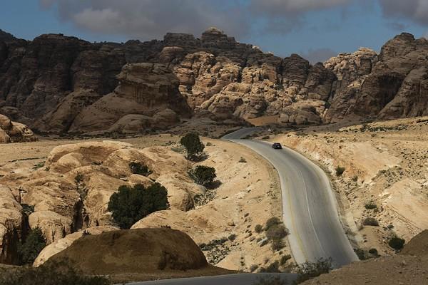 Petra merupakan ibukota bagi Kerajaan Nabatean karena menjadi pusat pemerintahan, ekonomi, dan peradaban, maka Petra harus dibangun secara proporsional. Selain itu lokasinya yang srategis yang berbatasan langsung dengan tebing dan pergunungan salah satunya adalah Jabal Harun (Gunung Harun) setinggi 1.350 meter menjadi puncak tertinggi di kawasan tersebut. Artur Widak/NurPhoto via Getty Images