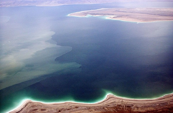 Panjang Laut Mati mencapai 75,6 km, lebar 16 km dan total luas permukaanya 579 km2. Kedalamannya tercatat mencapai 390 meter. (Getty Images)