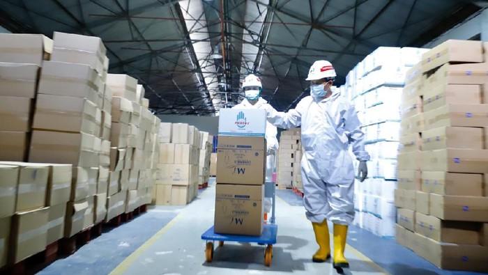Pertamina berikan bantuan 185 ribu APD ke 70 RS BUMN di seluruh Indonesia. Bantuan itu diberikan sebagai upaya melawan penyebaran virus Corona.