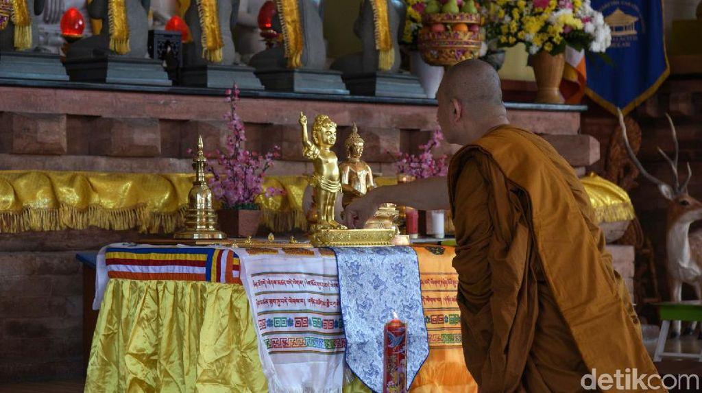 Umat Buddha Makassar  Rayakan Waisak Via Streaming