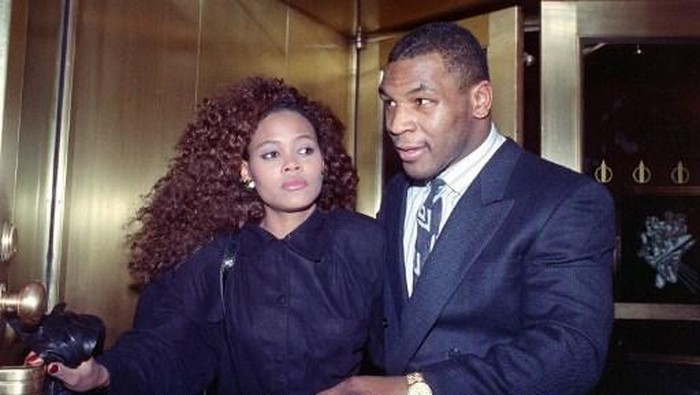 US heavyweight champion Mike Tyson exits the Nippon Television Network International studio in New York with his new bride actress Robin Givens, 09 February 1988. Tyson attended the live satellite press conference between New York and Japan from the studio to promote his, 21 March 1988, title bout with Tony Tubbs to be held in Japans Tokyo Dome. (Photo by MARIA BASTONE / AFP)