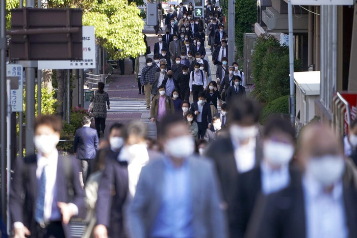 Jepang memperpanjang masa status keadaan darurat hingga 31 Mei. Jepang bersiap untuk pertempuran panjang menghadapi pandemi Corona.People wear masks as they commute during the morning rush hour Thursday, May 7, 2020, in Tokyo. Prime Minister Shinzo Abe announced that Japan extend a state of emergency until end of May. (AP Photo/Eugene Hoshiko)